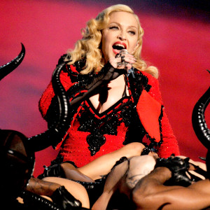 1432309933_madonna-performing-zoom