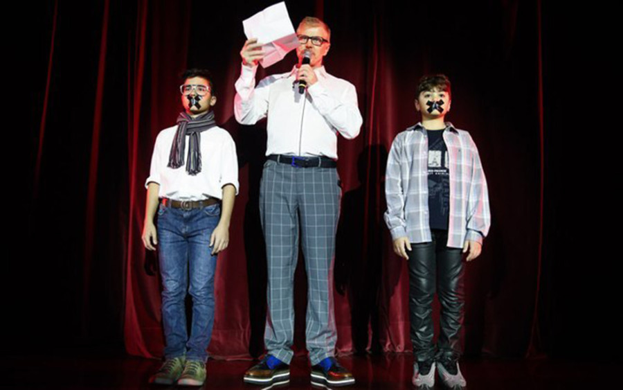 Miguel Falabella com os dois atores mirins que foram proibidos de atuar por uma lei judicial (Foto: CRÉDITO)