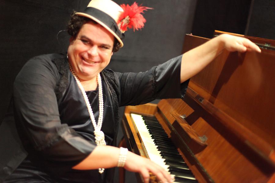 Demian Pinto dá o tom no espetáculo Silngle Singar Bar